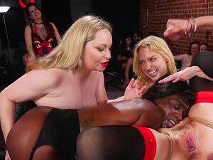 Plavuša i crnac uzeti Bi-Bi-Si. Velike Sise gospođa Aiden Starr čini crna drolja Anu Foxh i mlade sise vitka plavuša Chloe Cherry posluživanje i jebanje Bi-Bi-Si Donnie Sinsu na zabavi bdsm grupni